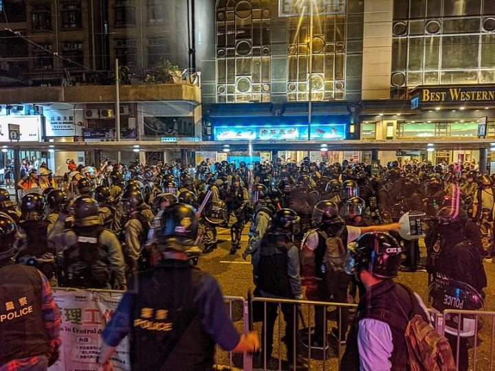 香港警方大概會是粉碎群眾運動的主力。他們正在等待運動能量下滑。//圖片來源:Studio Incendo