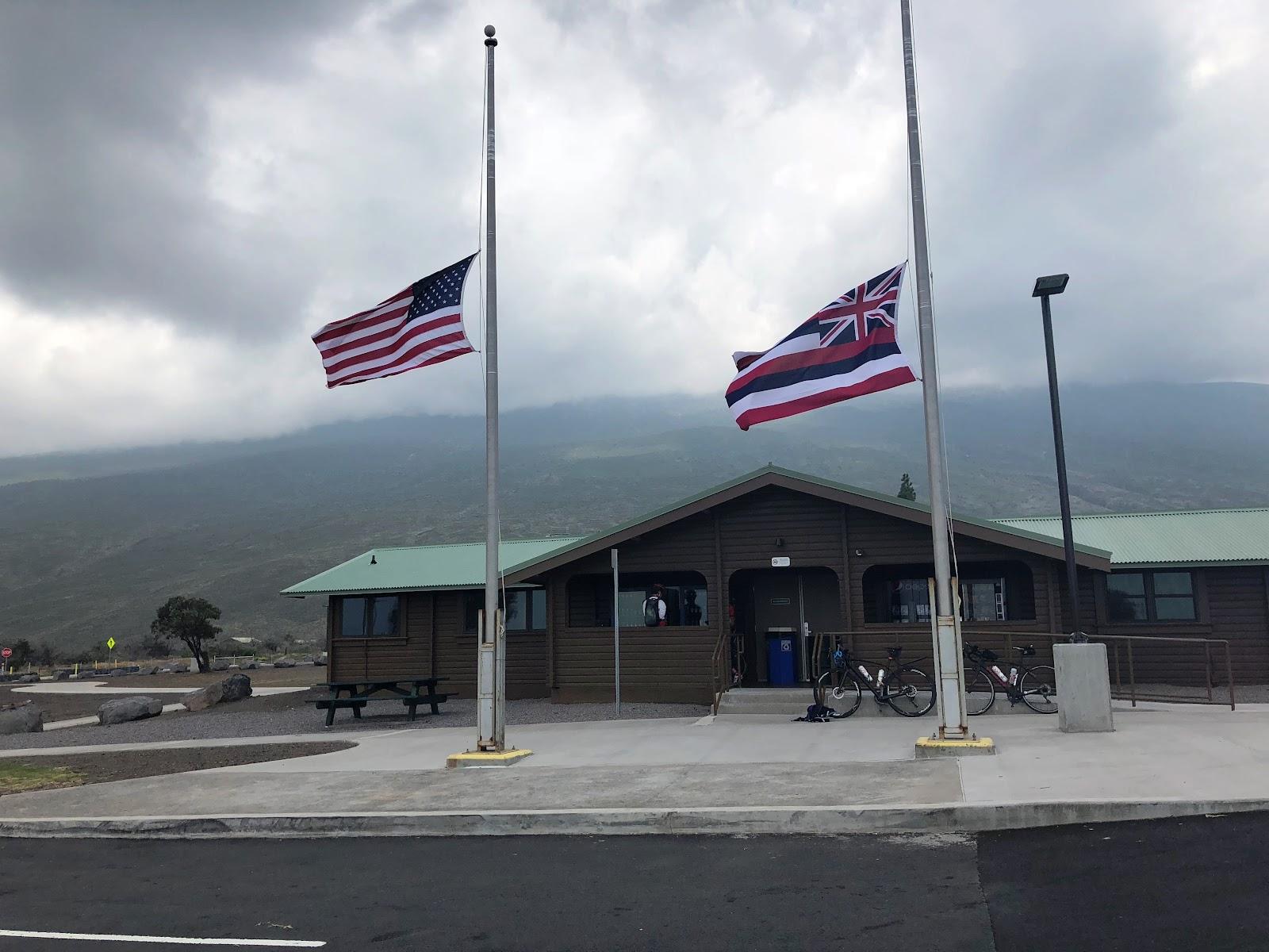 Climbing Mauna Loa by bike - Mauna Kea Park - flags and visitor center