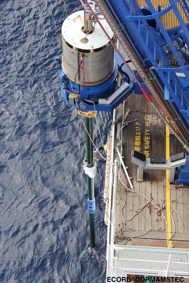 Nhật Bản phá vỡ kỷ lục sau 43 năm: Khoan hố đại dương sâu nhất lịch sử, lấy được thứ dài 37,7 mét vô cùng quý hiếm - Ảnh 1.