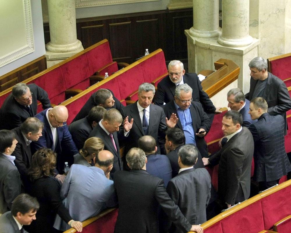ЖЕСТЫ ЛИДЕРА: Юрий Бойко (стоит в центре) руководит фракцией Оппозиционного блока, действующей лояльно к нынешней власти