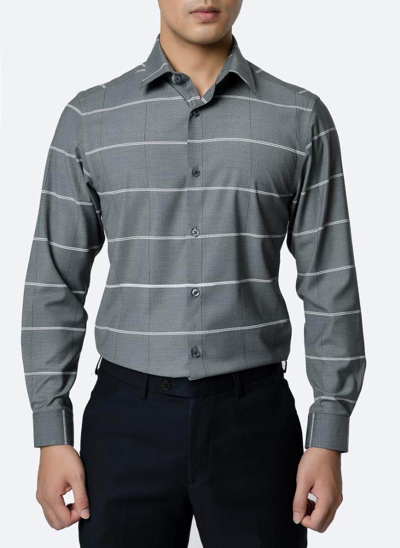 Quý ông có thể chọn áo sơ mi màu xám với họa tiết đơn giản để tạo điểm nhấn và che khuyết điểm cơ thể.