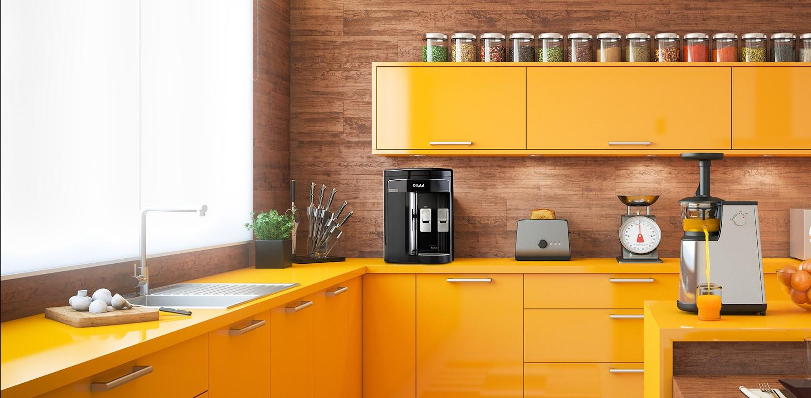 imagem com vista ampla de uma cozinha com móveis laranjas. Em cima de uma bancada, vemos facas, um filtro, uma torradeira e uma balança. Na parede, armários com potes diversos colocados em cima dele. Também é possível identificar uma bancada central, com um juicer. Imagem para ilustrar a reforma de casas.