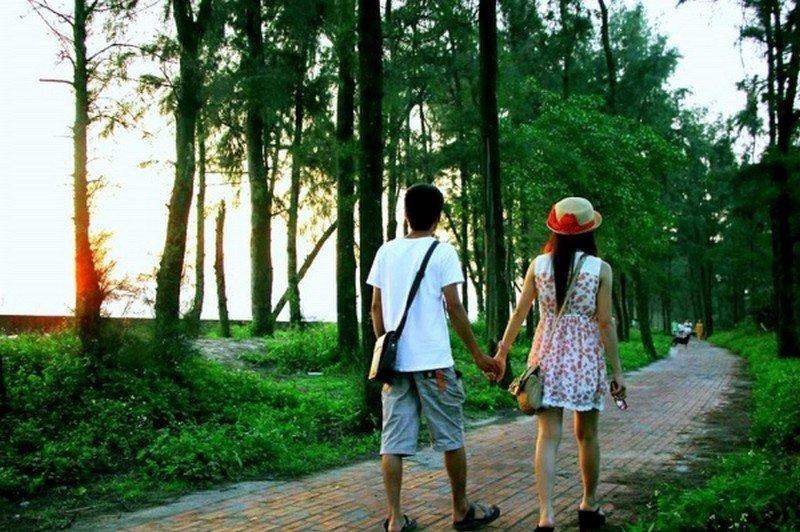 Đi dạo trên con đường tình yêu ở hòn đảo ngọc Cô tô giúp hai các bạn xích lại gần nhau hơn