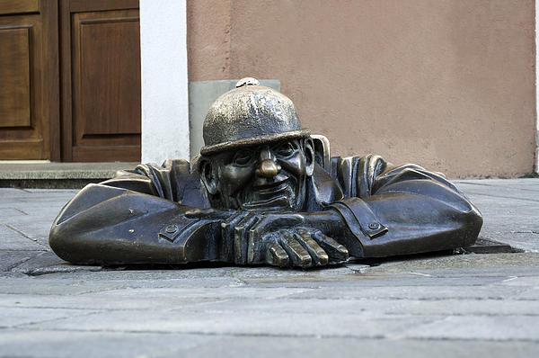 cumil-bratislava-statue-fernando-barozza.jpg