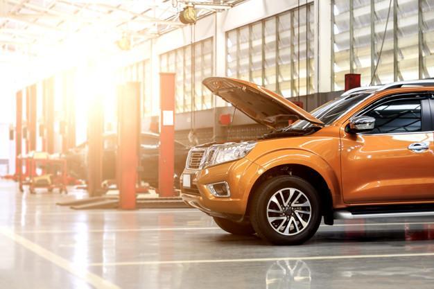 Estación de reparación de automóviles con enfoque suave en el fondo y sobre la luz.