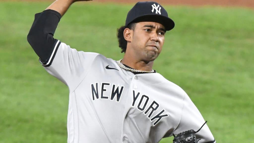 Un jugador de béisbol con un guante de béisbol  Descripción generada automáticamente