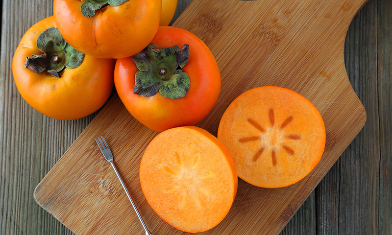 Image of persimmons on a chopping board