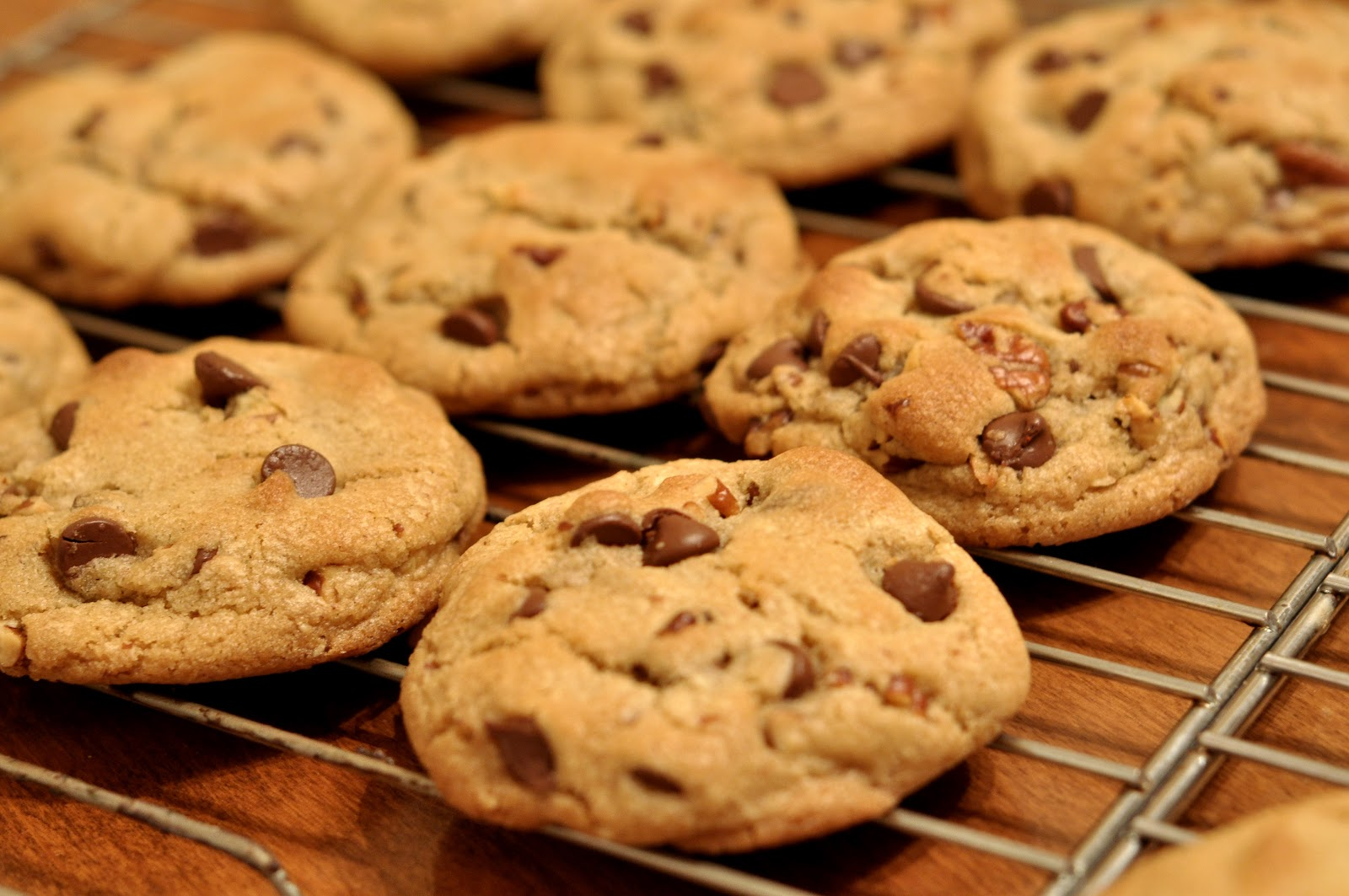 https://upload.wikimedia.org/wikipedia/commons/b/b9/Chocolate_Chip_Cookies_-_kimberlykv.jpg