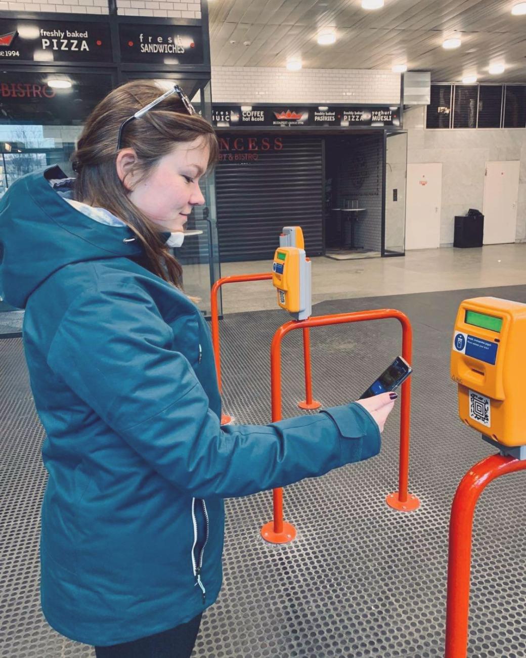 Zo gebruik je Mobiljegy; mobiele OV-kaart in Boedapest, foto van het scannen van de QR-code