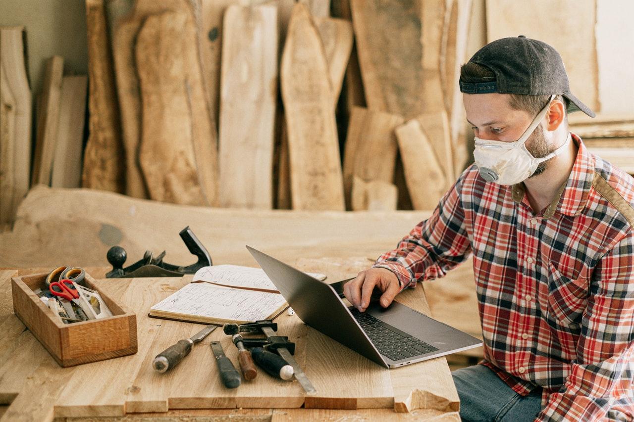 Artesão reflete sobre vantagens de realizar clube de assinaturas entre ferramentas, agendas e computador.