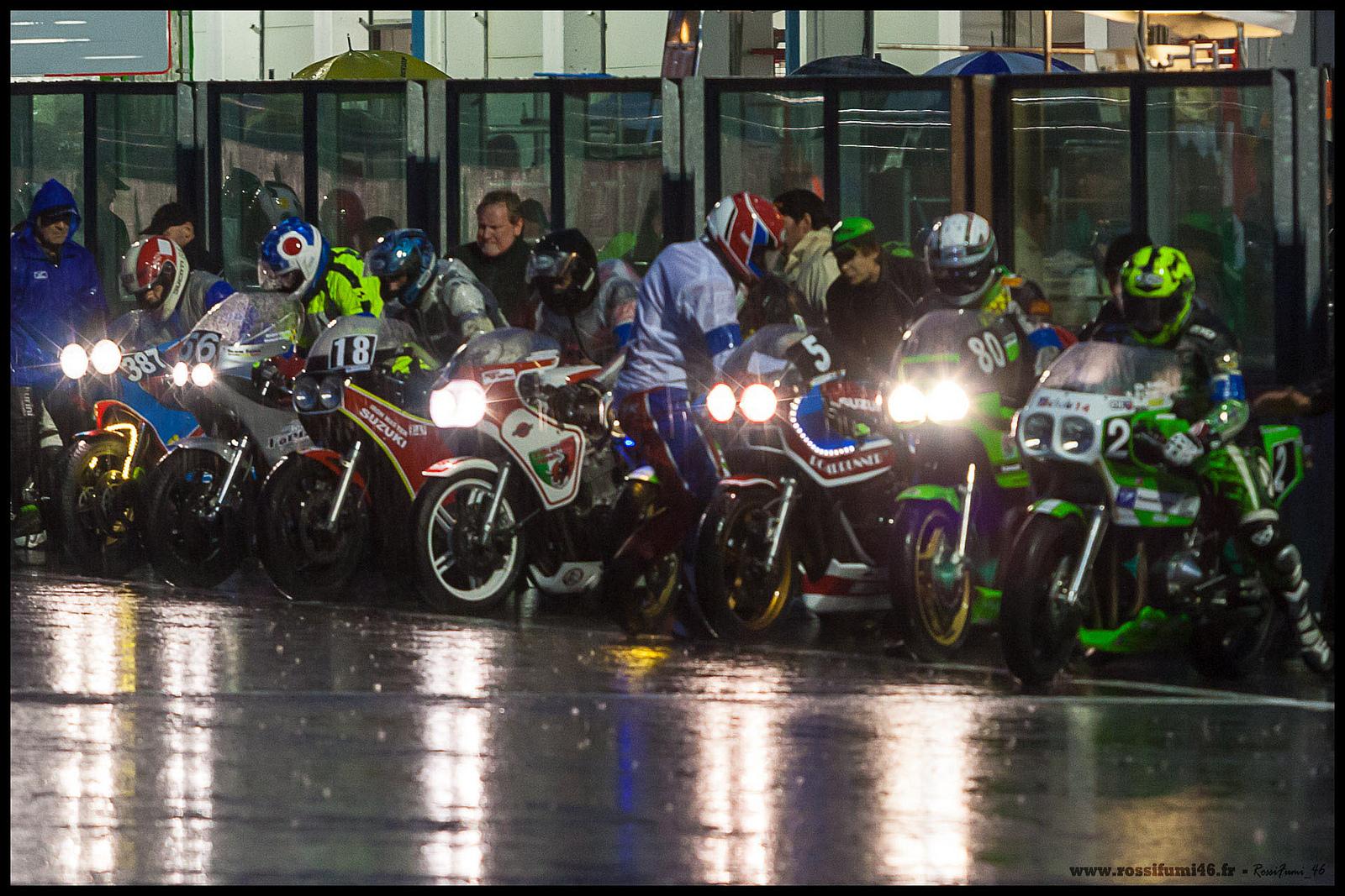 Départ type Le Mans les pilotes démarrent les motos Manche 1 BOC 2013