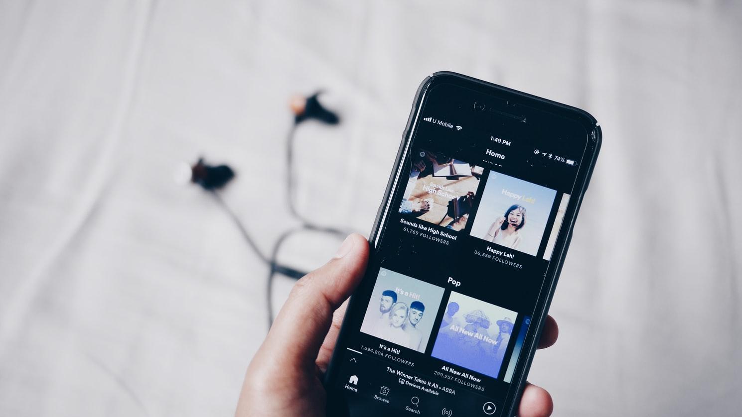 Celular tocando músicas