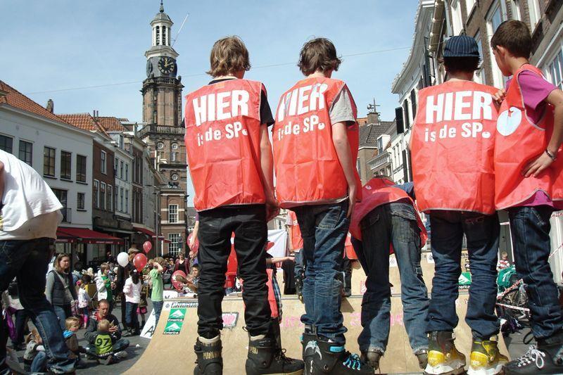 ROOD organiseert tientallen skaters. Zij voeren actie voor skatebaanverlichting. Tijdens een van de acties plaatsten zij een mini-ramp op de markt.