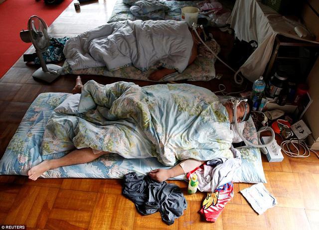 Description: Sau đó, họ ngủ trưa với sự hỗ trợ của mặt nạ dưỡng khí để thúc đẩy trao đổi chất. (Ảnh: Reuters)