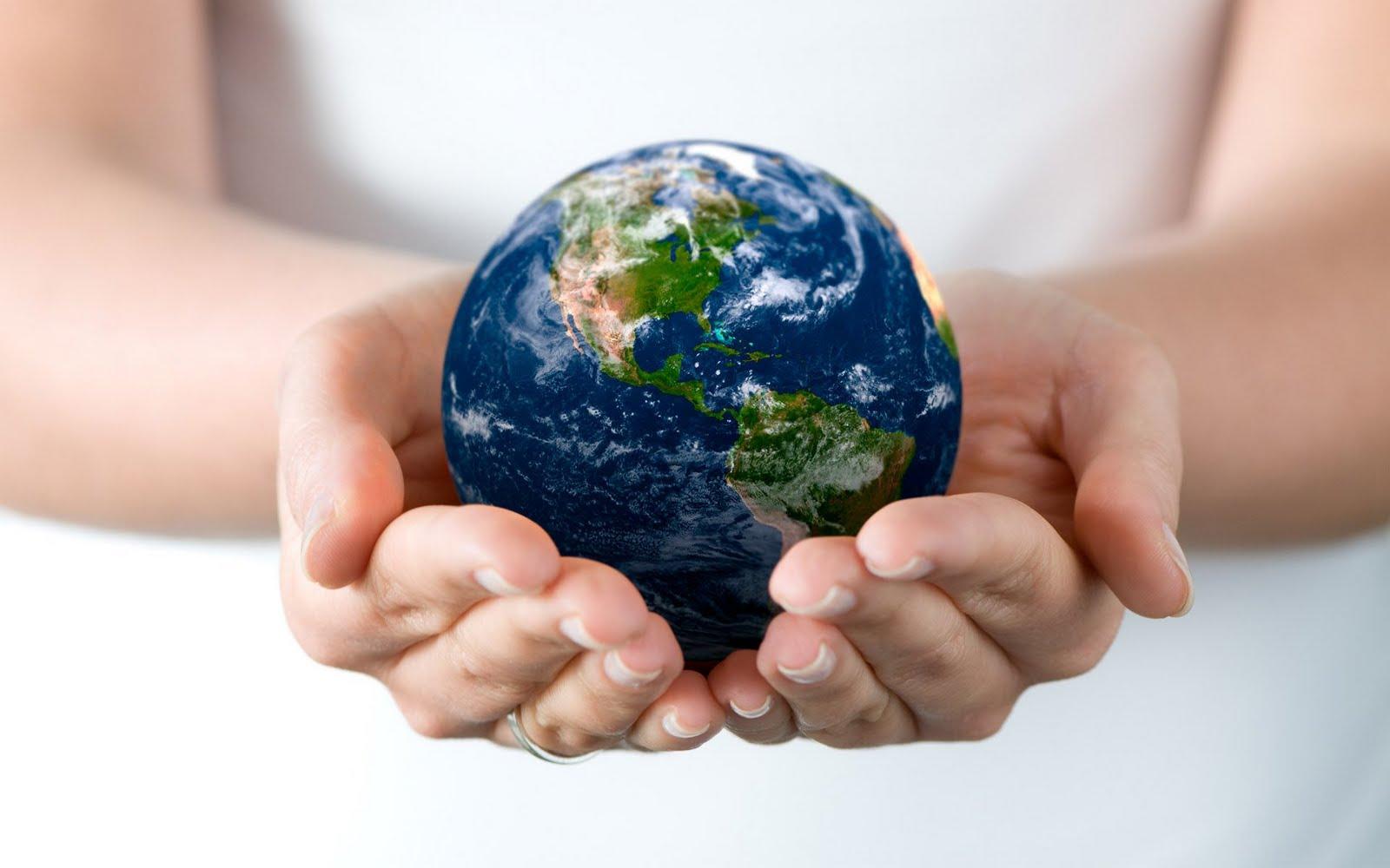 Les deux mains d'une femme berçant la Terre