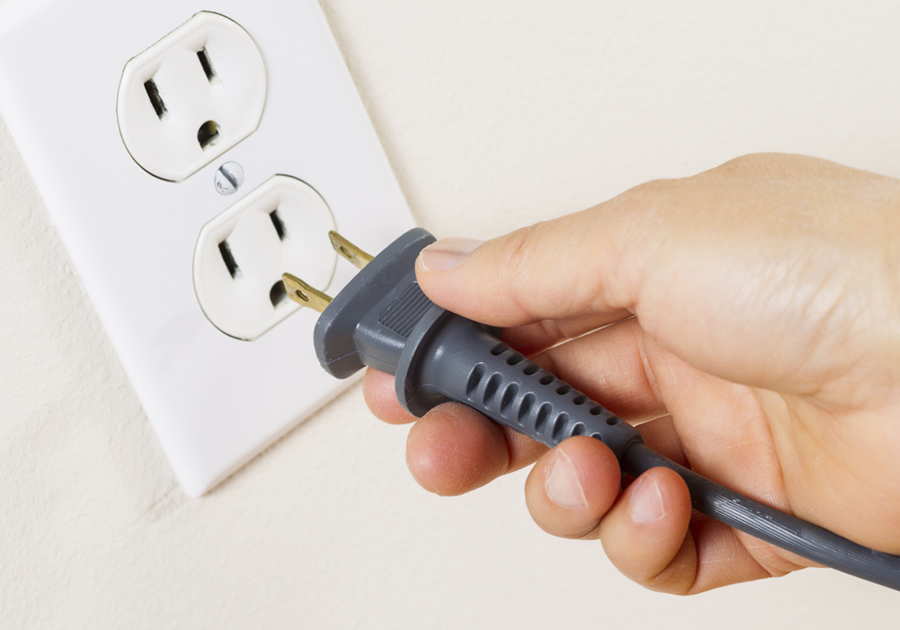 Ngắt nguồn điện trước khi vệ sinh bình nóng lạnh