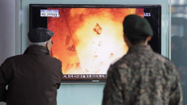 Описание: Жители Южной Корее смотрят репортаж о ядерных испытаниях северных соседей