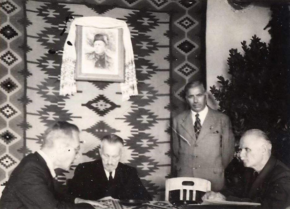 Президент УНР в екзилі Андрій Лівицький (другий ліворуч) і Михайло Омелянович-Павленко (перший праворуч)