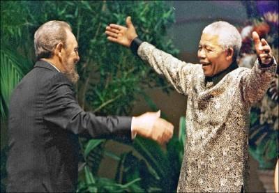 1998年9月,南非總統曼德拉熱烈迎接出席德爾班不結盟運動峰會的卡斯楚。 (法新社)