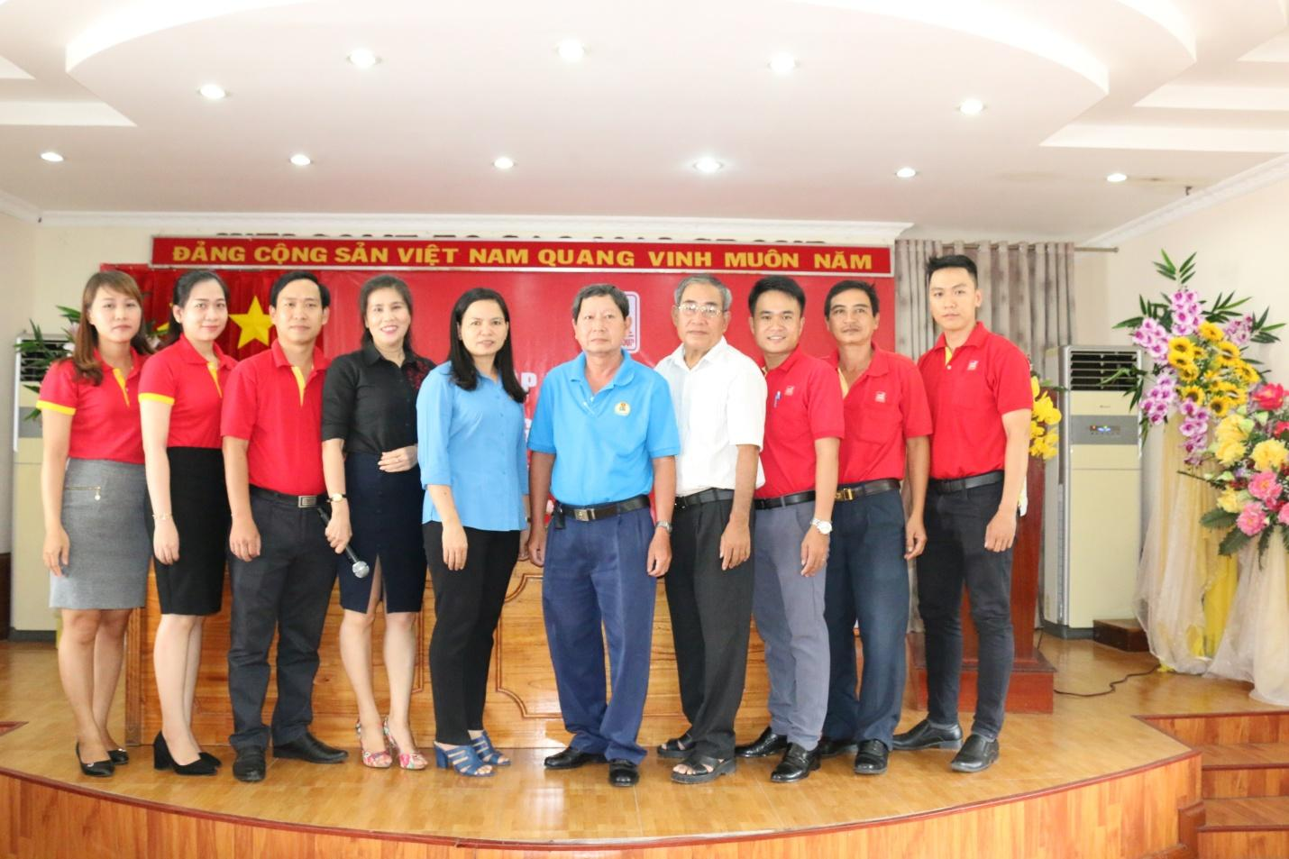 5. Bà Phan Thị Diễm – Phó Chủ tịch Liên đoàn Lao động tỉnh An Giang (giữa) chụp ảnh lưu niệm với lãnh đạo Tập đoàn Sao Mai.JPG
