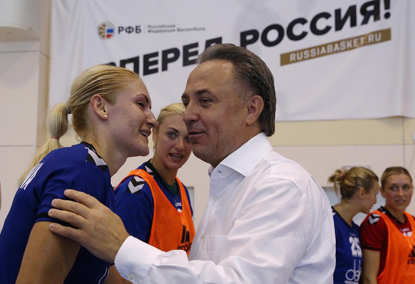 Виталий Мутко во время общения с игроками женской сборной России по волейболу.