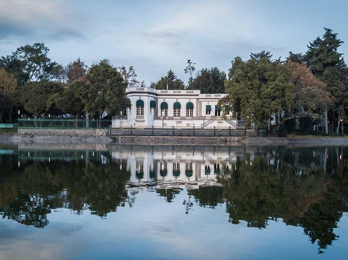 Un lago al lado de un edificio  Descripción generada automáticamente