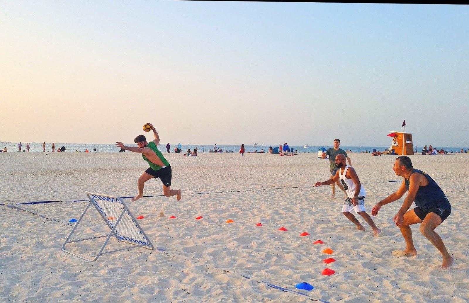 Qiaogu tương tự như bóng ném, nhưng luật chơi đơn giản hơn.