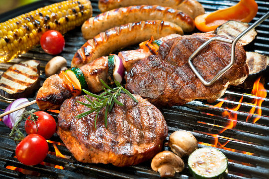 Meats and vegetables on a grill (stock image). | Credit: © Alexander Raths / stock.adobe.com