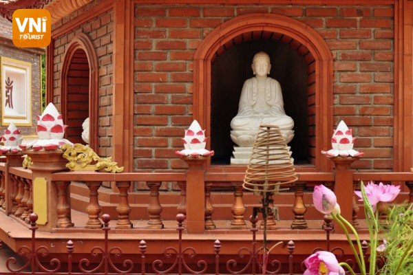 The opening time and ticket price to Tran Quoc pagoda, Hanoi