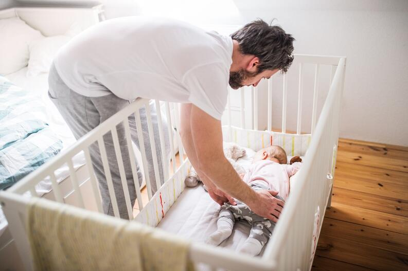 ¿Cómo es el sueño en el bebé de 6 meses?. Imagen obtenida de: https://www.vix.com/es/madres/220008/para-que-tu-bebe-duerma-toda-la-noche-hay-5-errores-que-debes-evitar-a-la-hora-de-acostarlo
