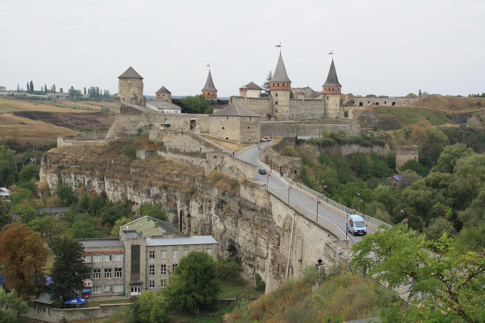 Замковий міст, що сполучає Старе місто з Кам'янець-Подільською фортецею
