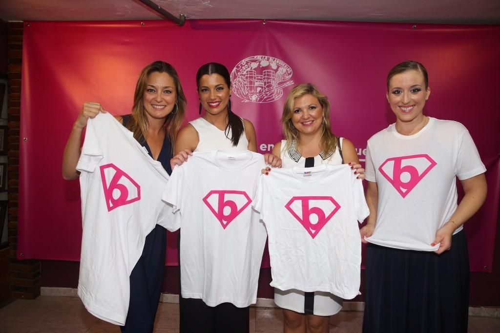 De izquierda a derecha: Sandra Climent, directora de la Delegación de ANAR en Valencia; Estefanía López Montesinos, fallera mayor de Valencia 2015; Diana Díaz, subdirectora del Teléfono ANAR; y Gloria Martínez, presidenta de la falla Blanquerías.