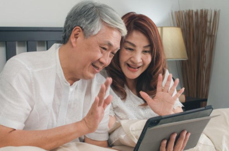 Usar a internet para se comunicar é mais eficiente no aumento da qualidade de vida entre pessoas mais velhas.