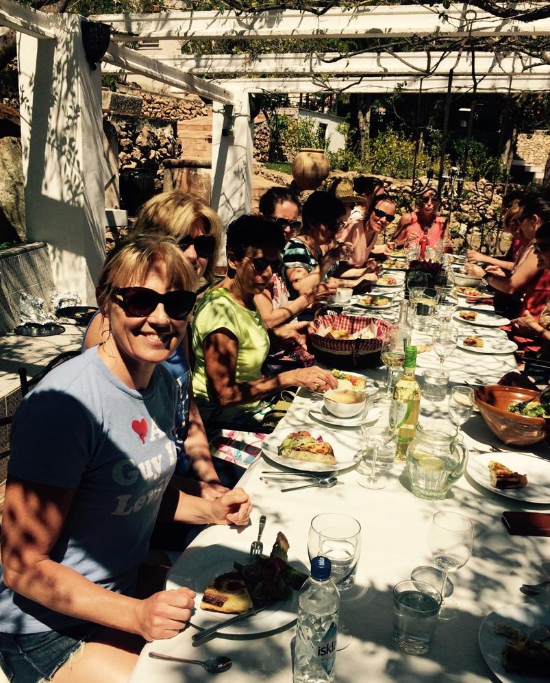 Et bilde som inneholder person, bord, gruppe, personer  Automatisk generert beskrivelse