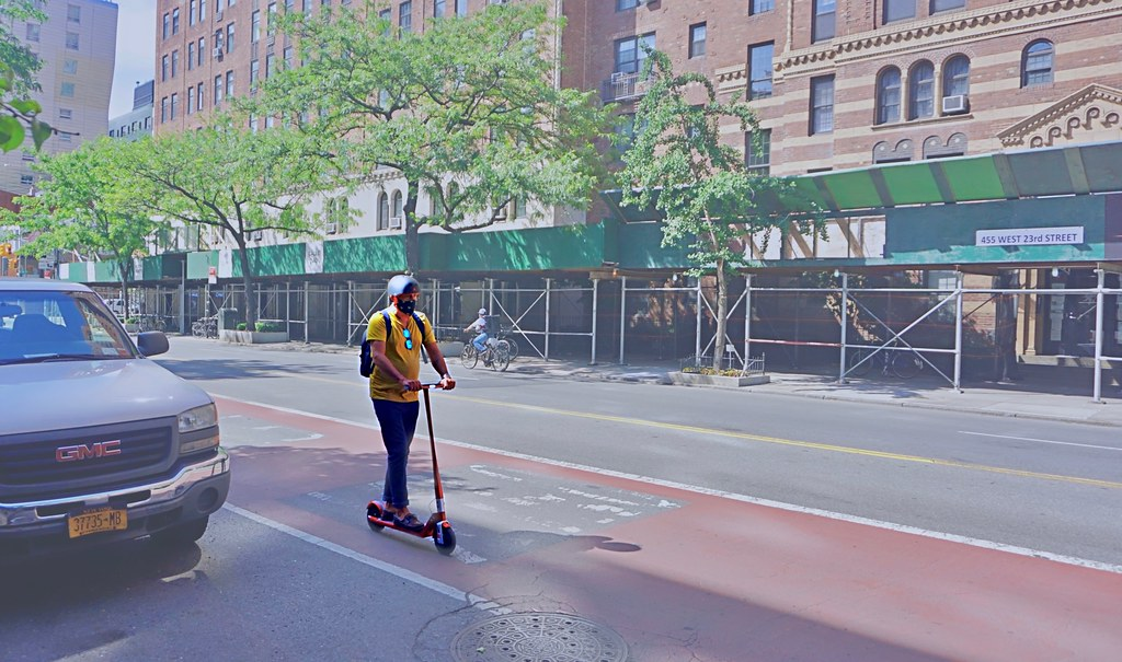 Morador da cidade de Nova York utilizando patinete elétrico. (CC Search/Reprodução)