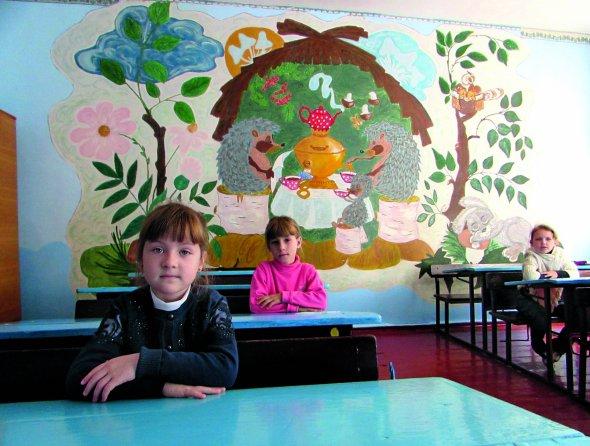 Учні першого класу сидять науроці вЦіпківській школі. Ізп'яти дітей троє переїхали цьогоріч зДонбасу таКриму