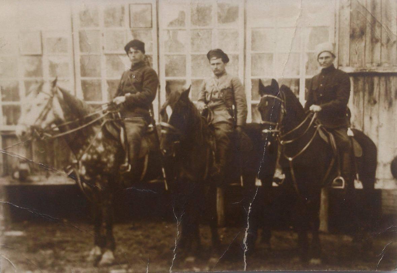 Старшина Чигиринського куреня на залізничному вокзалі у Знам'янці. Праворуч - Свирид Коцур, 1919 рік