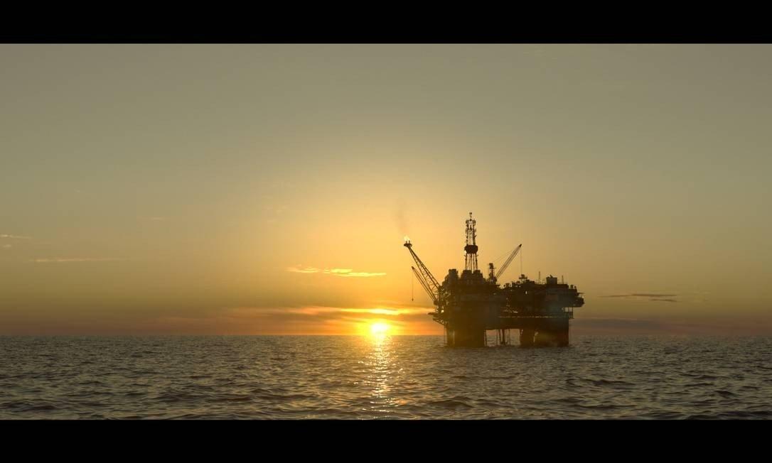 Plataforma de petróleo, mar, céu e pôr-do-sol: tudo nesta imagem da séire 'Ilha de ferro', da TV Globo, foi criado por computador Foto: Divulgação / TV Globo