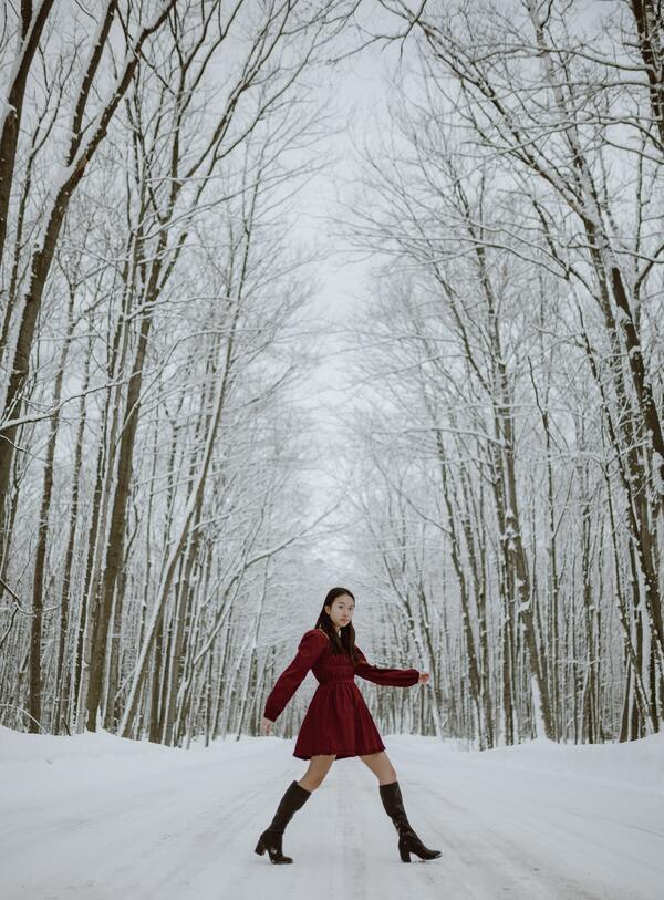 foto de uma mulher asiática na neve