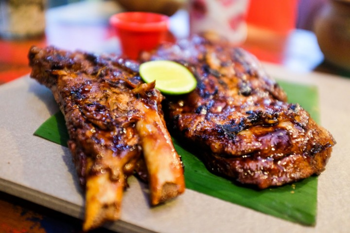 Pork ribs, local foods in Bali should try.