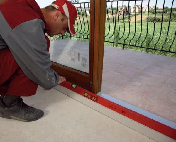 Правильная установка балконной двери - на планку порога.