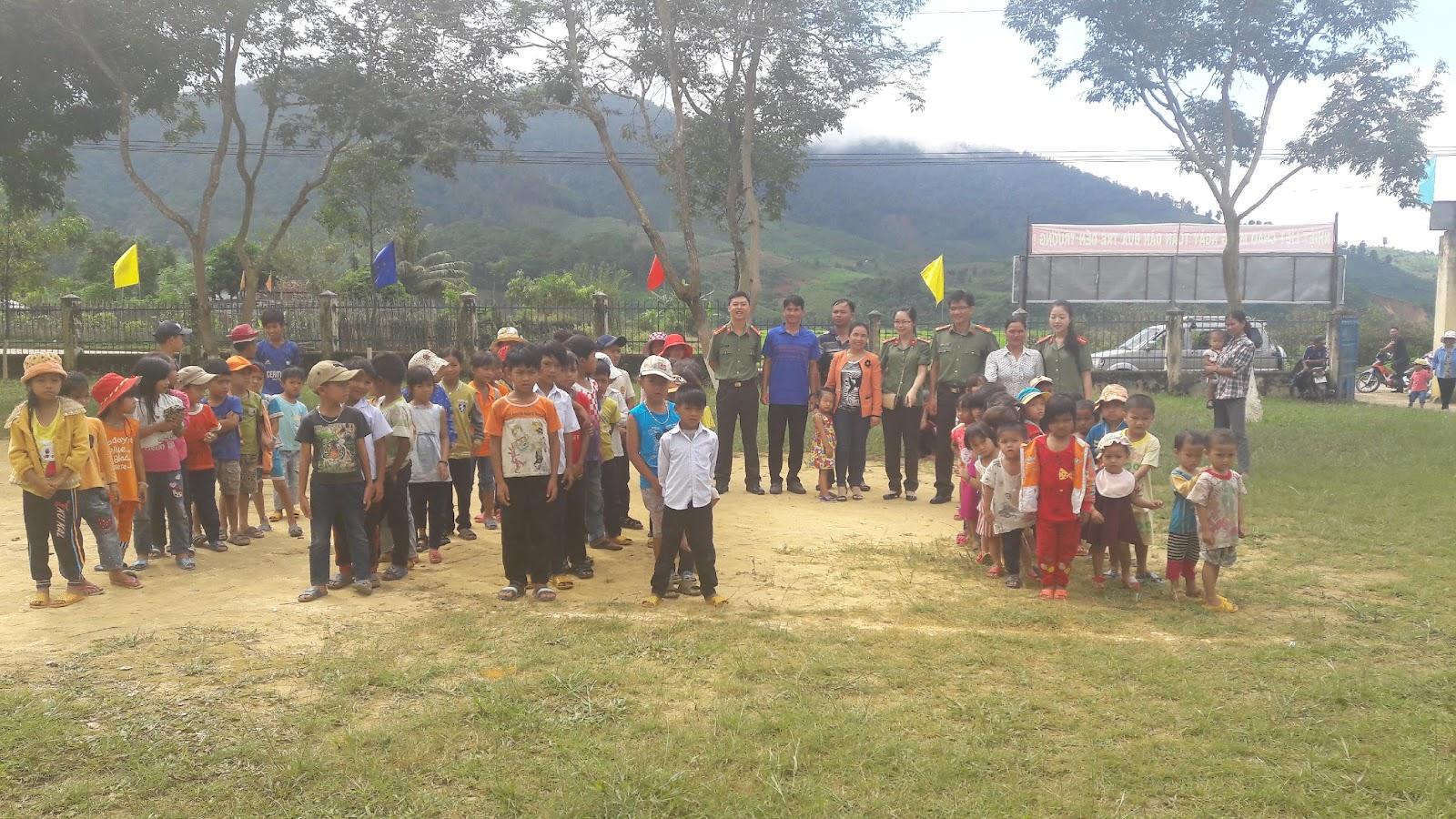 Hội Phụ nữ cơ sở An ninh nhân dân 1 tổ chức Trung thu cho các em nhỏ tại xã Đăk Ui - huyện Đăk Hà