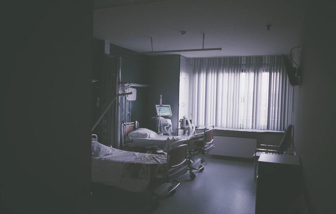 A pandemia está levando a um maior número de internações e complicações em pacientes adultos de meia-idade. (Fonte: Unsplash)