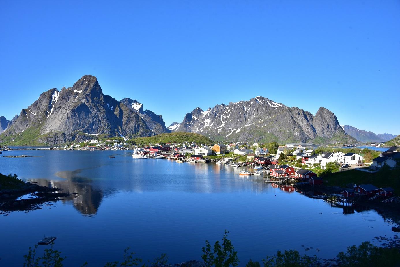 Et bilde som inneholder vann, utendørs, natur, fjell  Automatisk generert beskrivelse