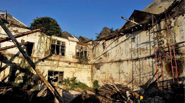 Pekerja membersihkan sisa material gedung G Kolff & Co, salah satu bangunan di  Kota Tua Jakarta, akhir Agustus lalu.