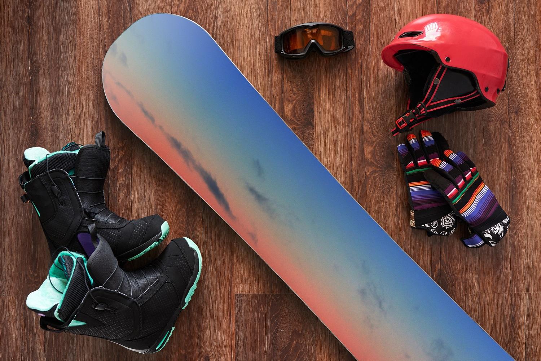Equipo de snowboard con casco