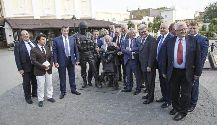 Депутаты парламента Франции на фоне памятника *Вежливым людям* в Симферополе, Крым, 29 июля 2016.