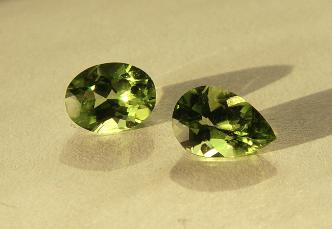 """Facettierter Peridot, Varietät der Olivingruppe aus China"" by Don Guennie / CC BY-SA 4.0"