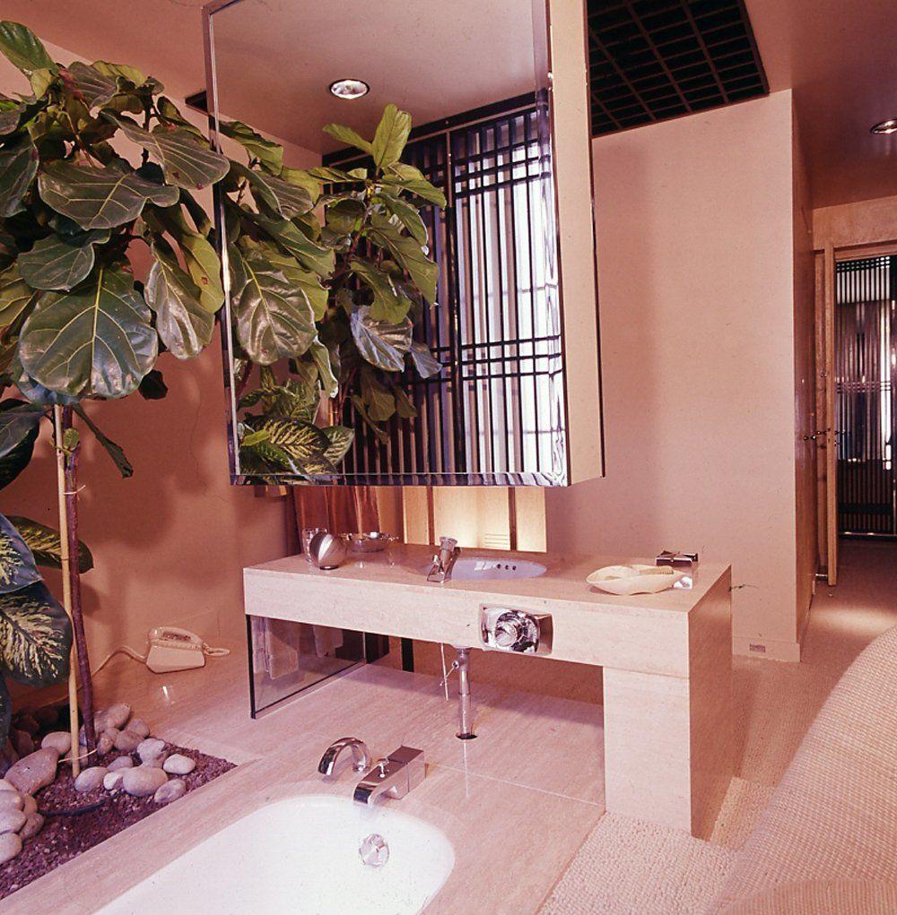 Một khu vườn nhỏ trong phòng tắm chínhlà điểm hấp dẫn của phong cách retro
