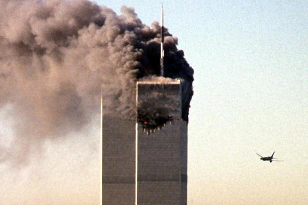 Das zweite Flugzeug von United Airlines, Flug 175 von Boston, steuert auf den noch unversehrten Turm des World Trade Centers in New York zu (Archivfoto vom 11.09.2001).
